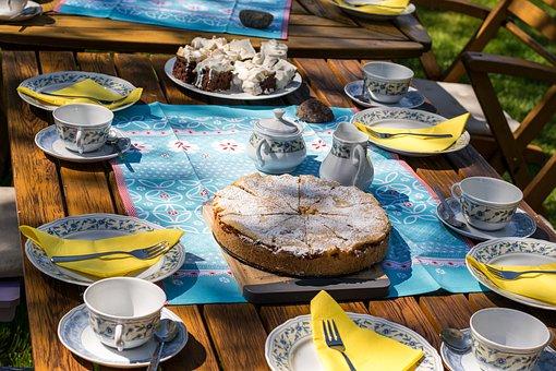 mesa de tarta en el jardín