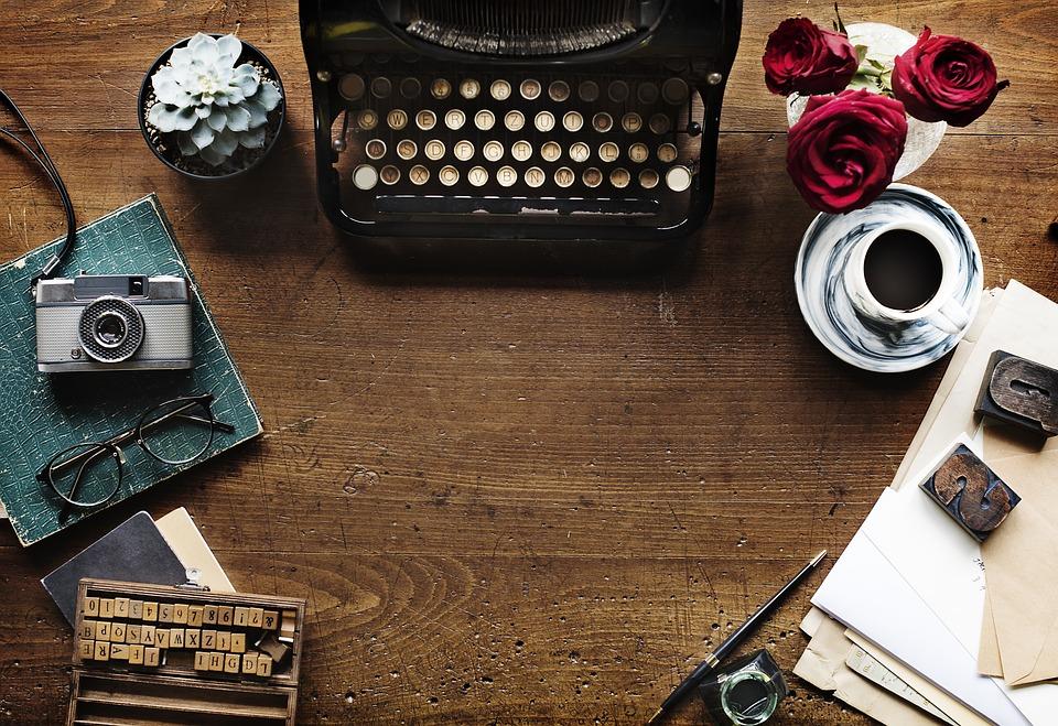 maquina de escribir antigua sobre mesa madera