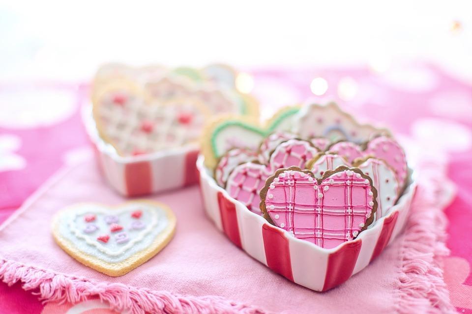 corazones rosas sobre tela rosa