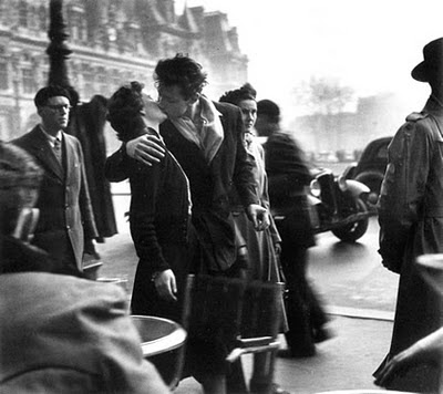 beso de pareja en la calle