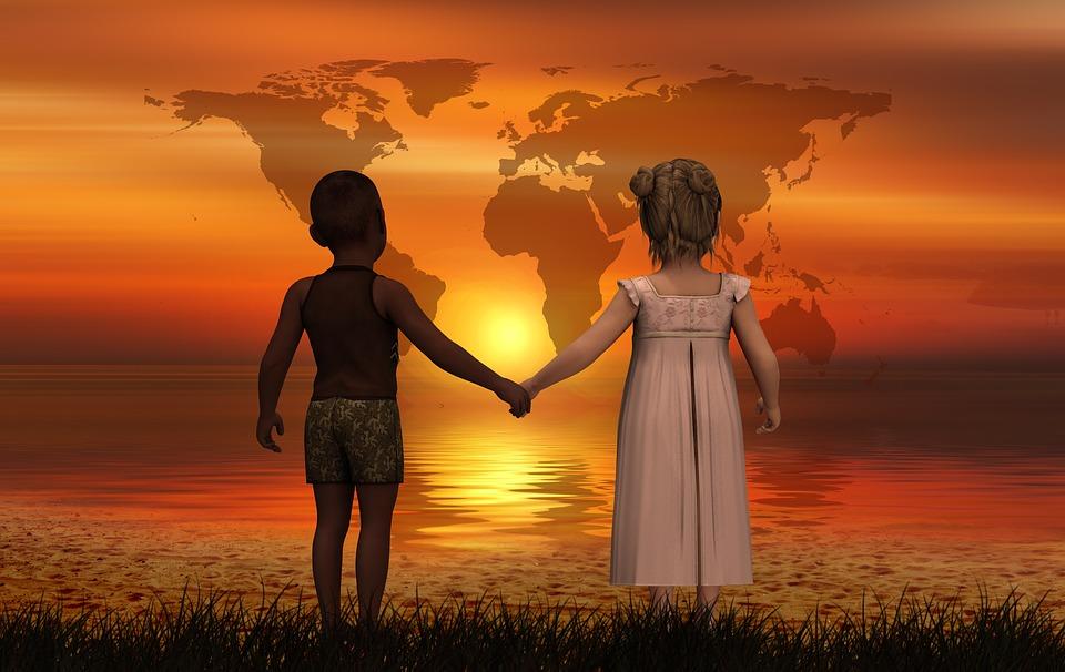 niños de  la mano mirando el mundo