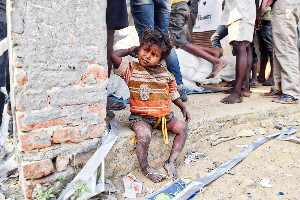 niña abandonada en la calle