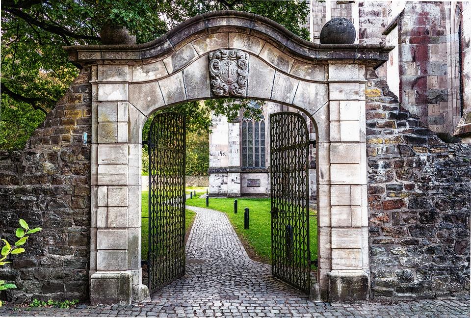 puerta entrada hierro y piedra