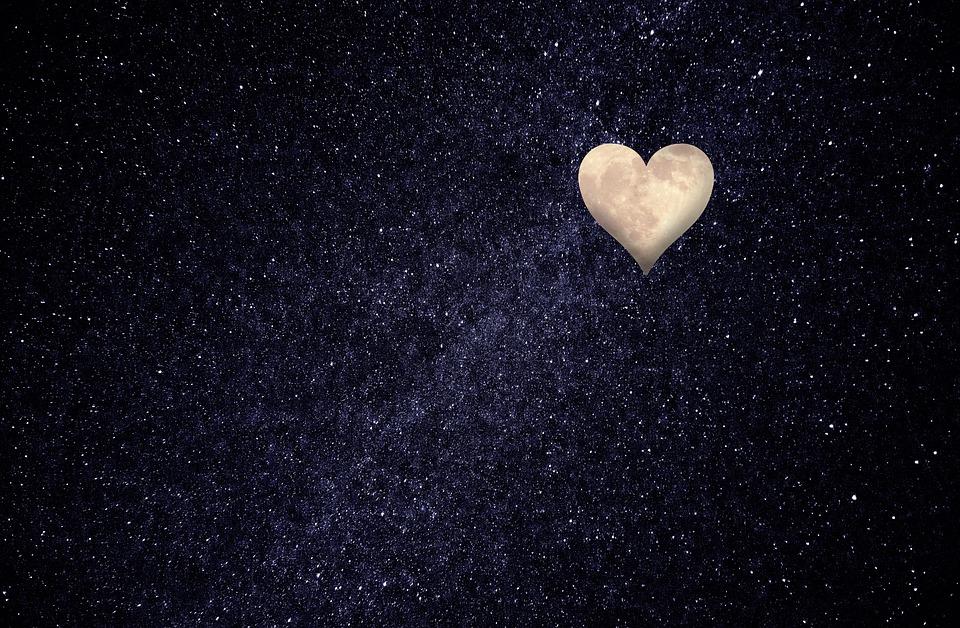 cielo con luna en forma de corazón