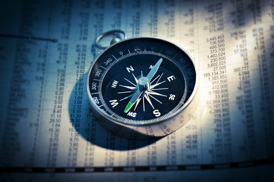 números finanzas brújula