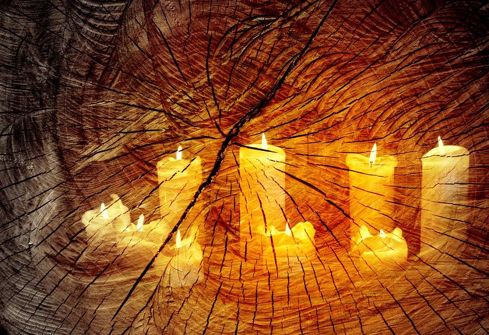 velas blancas encendidas