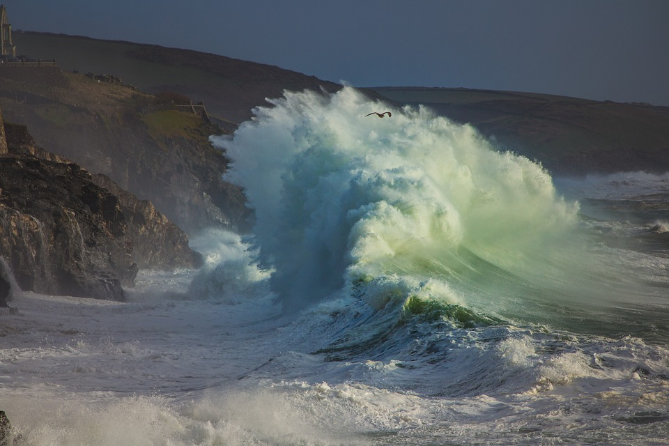 ola gigante sobre acantilado