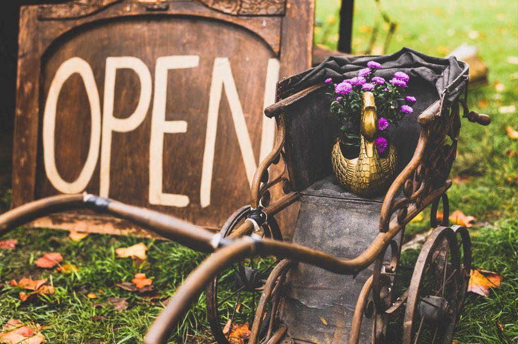 carrito con flores vintage