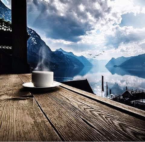 cafe sobre madera y pasisje