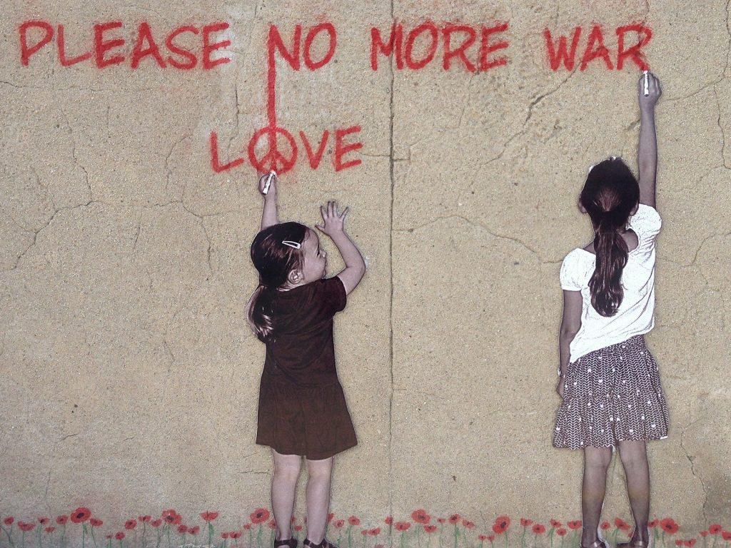 niñas con mensaje en pared
