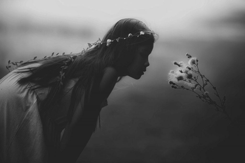 niña y flor