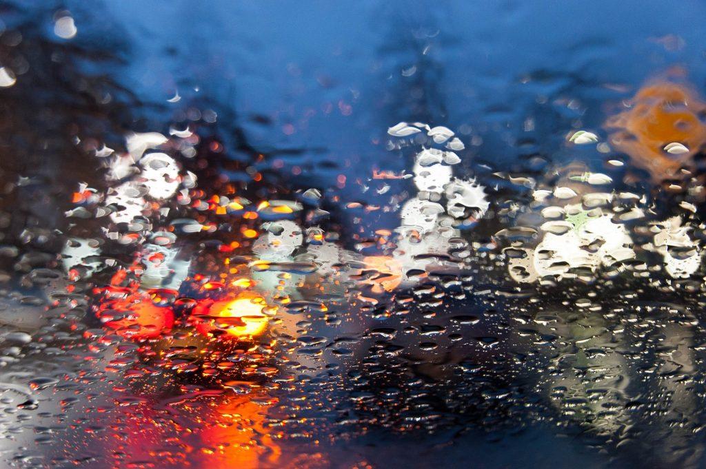 coche lluvia desenfoque