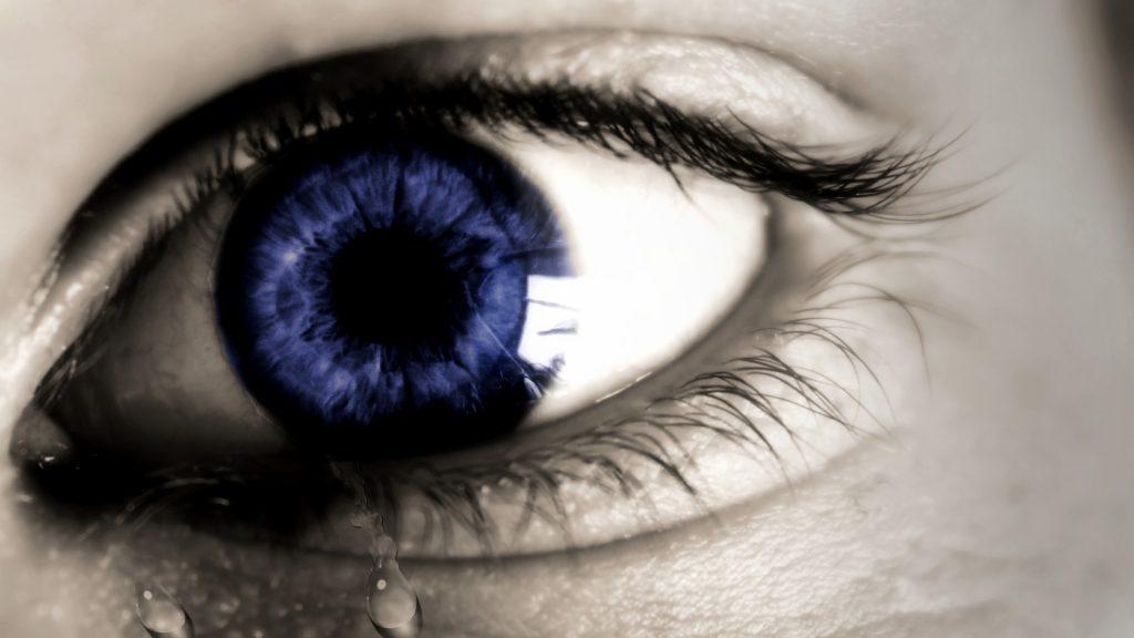 ojo azul y lágrimas