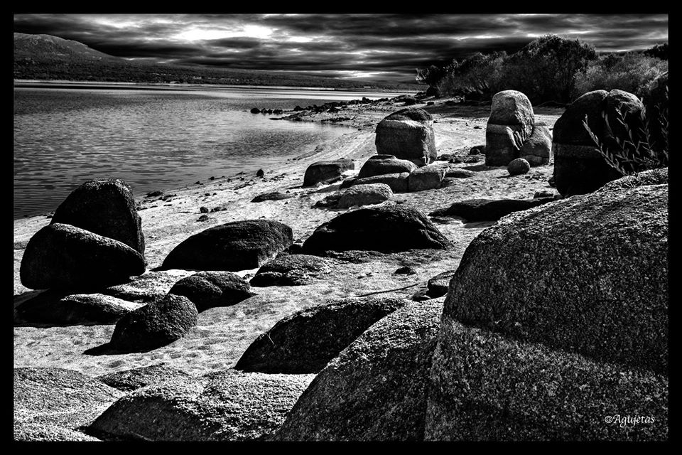 foto de A. Montes Flores rocas y mar blanco y negro
